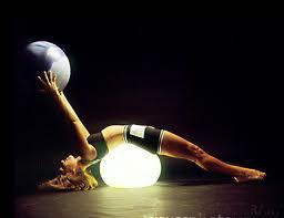 Упражнение с мячом для укрепления мышц спины